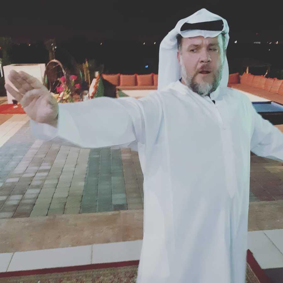 Sheikh Leobino Neves nas arábias (Leobino Neves: nome artístico usado pelo nosso editor para justificar momentos como o da foto)