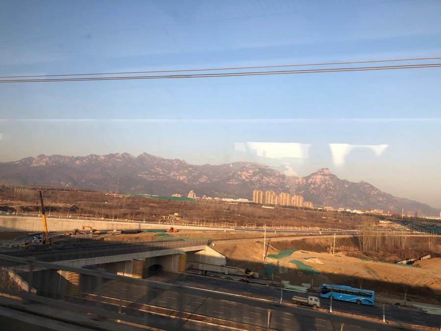 Vista ao longe da cidade e do Monte Tai