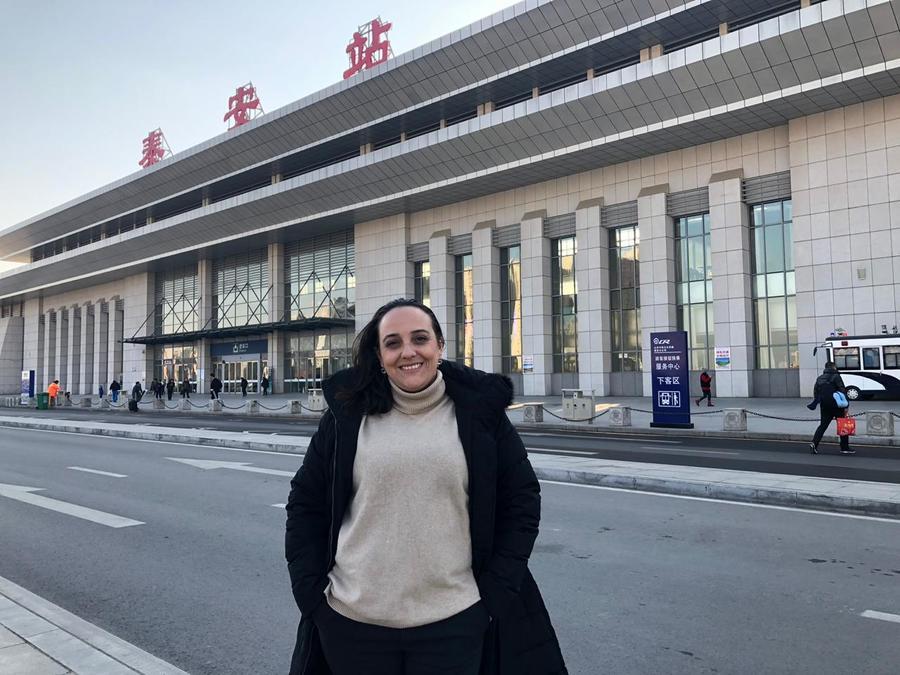 Paula Cajaty na Estação ferroviária da Tai'an
