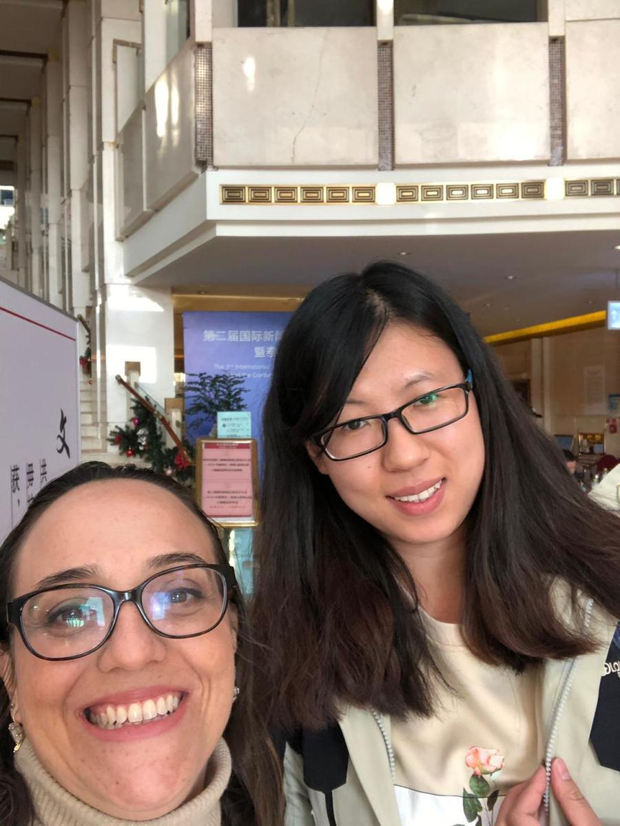 Foto com a Qianru, a gentil estudante que cuidou de tudo pra mim. Horários, locais, deslocamento, checkin e checkout dos hoteis, agenda, pagamentos, tudo era com ela!