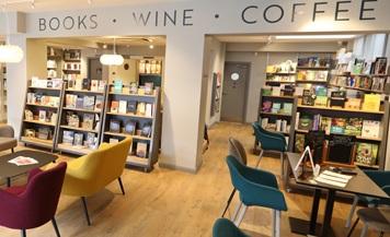 Brook´s é uma livraria instalada em Middlesex que, além de livros, vende livros e café | © Divulgação
