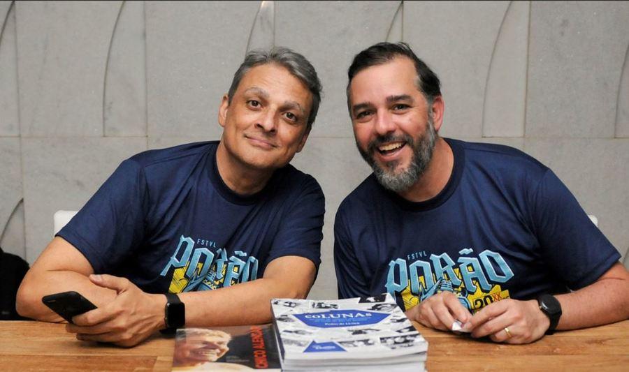 Gustavo Sá, produtor do evento, e Pedro de Luna, autor do livro, autografam o volume nesta quinta, no Rio | © Divulgação