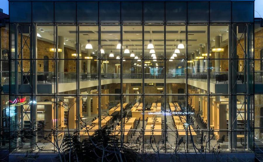Parede de vidro garante luminosidade à nova Biblioteca Nacional do Líbano | © Divulgação