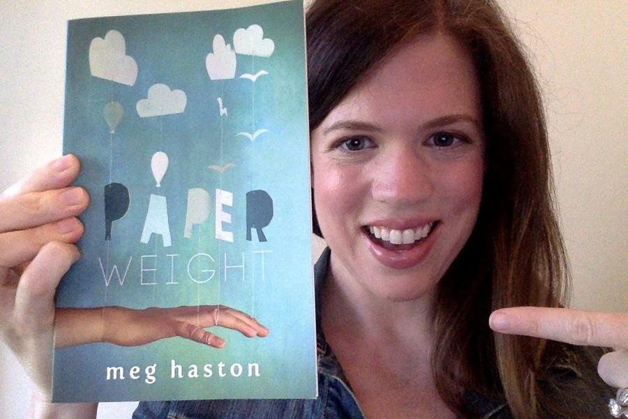 Meg Haston com a edição britânica do livro que sairá no Brasil pela FTD | © redes sociais da autora