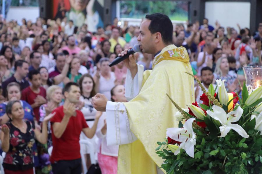 Padre Marcos Rogério emplaca o seu segundo livro na lista dos mais vendidos. Foram três mil cópias vendidas na semana de estreia   © Divulgação
