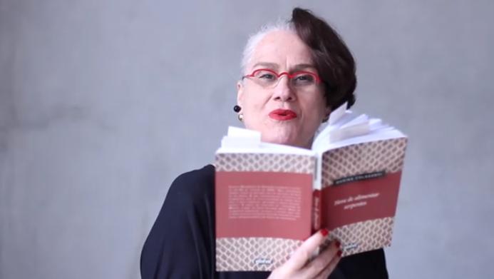 Vera Holtz, em 2016, lendo trechos de 'Hora de alimentar serpentes'   Reprodução