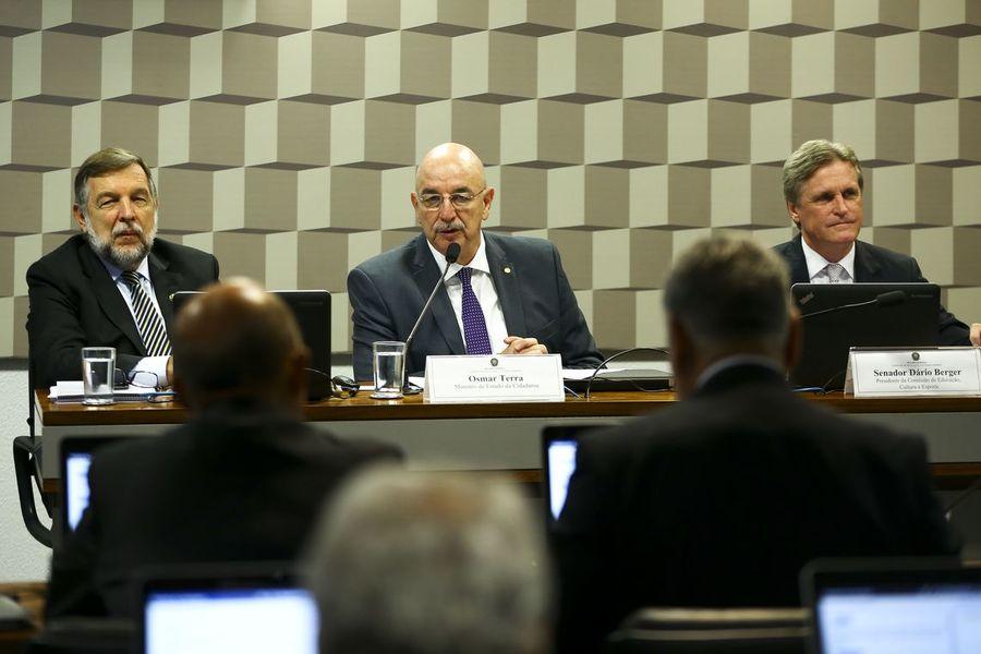 Ministro Osmar Terra, no centro da foto, durante a audiência pública na Comissão de Educação, Cultura e Esportes   © Marcelo Camargo / Agência Brasil