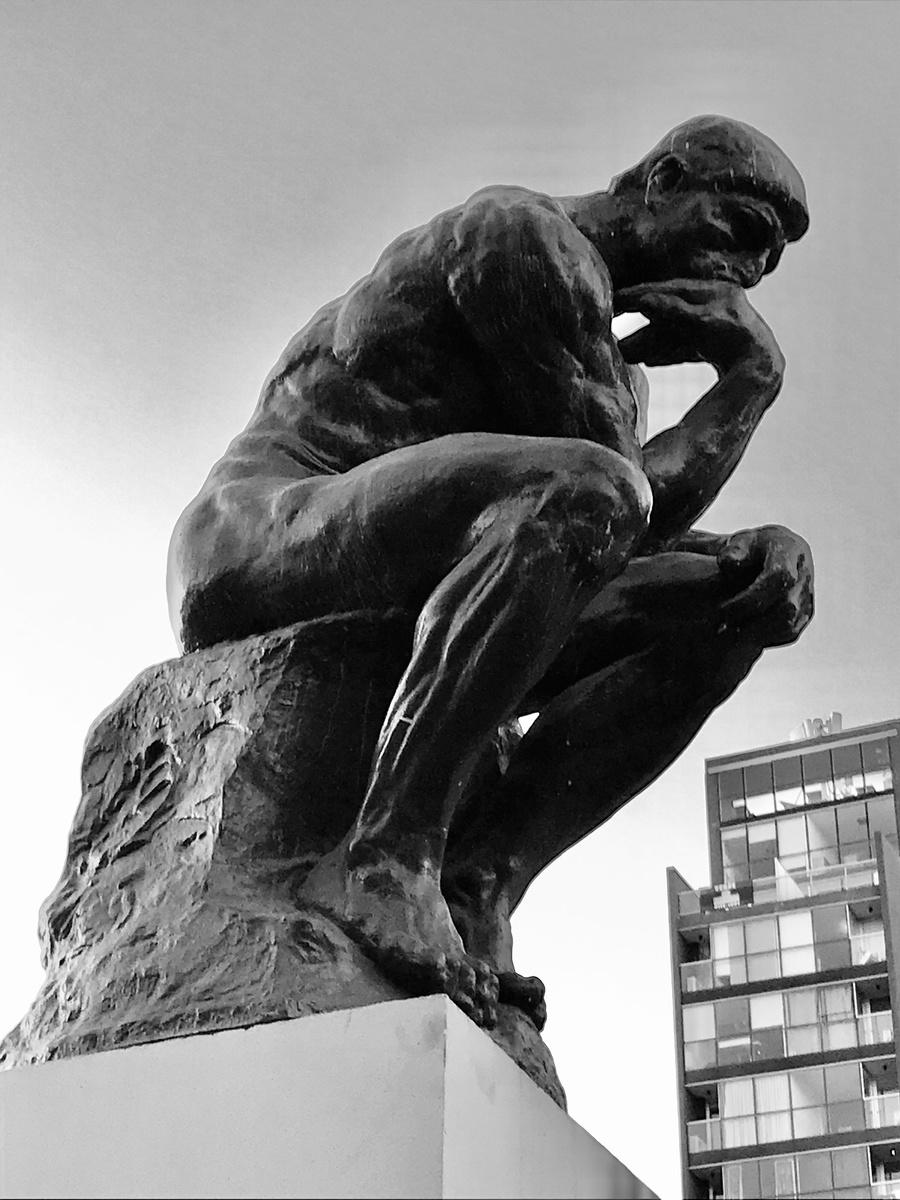 Réplica de 'O pensador', de Rodin, disposta na frente do hotel onde se hospedou a delegação brasileira na Feira do Livro de Buenos Aires | © Sérgio Alves