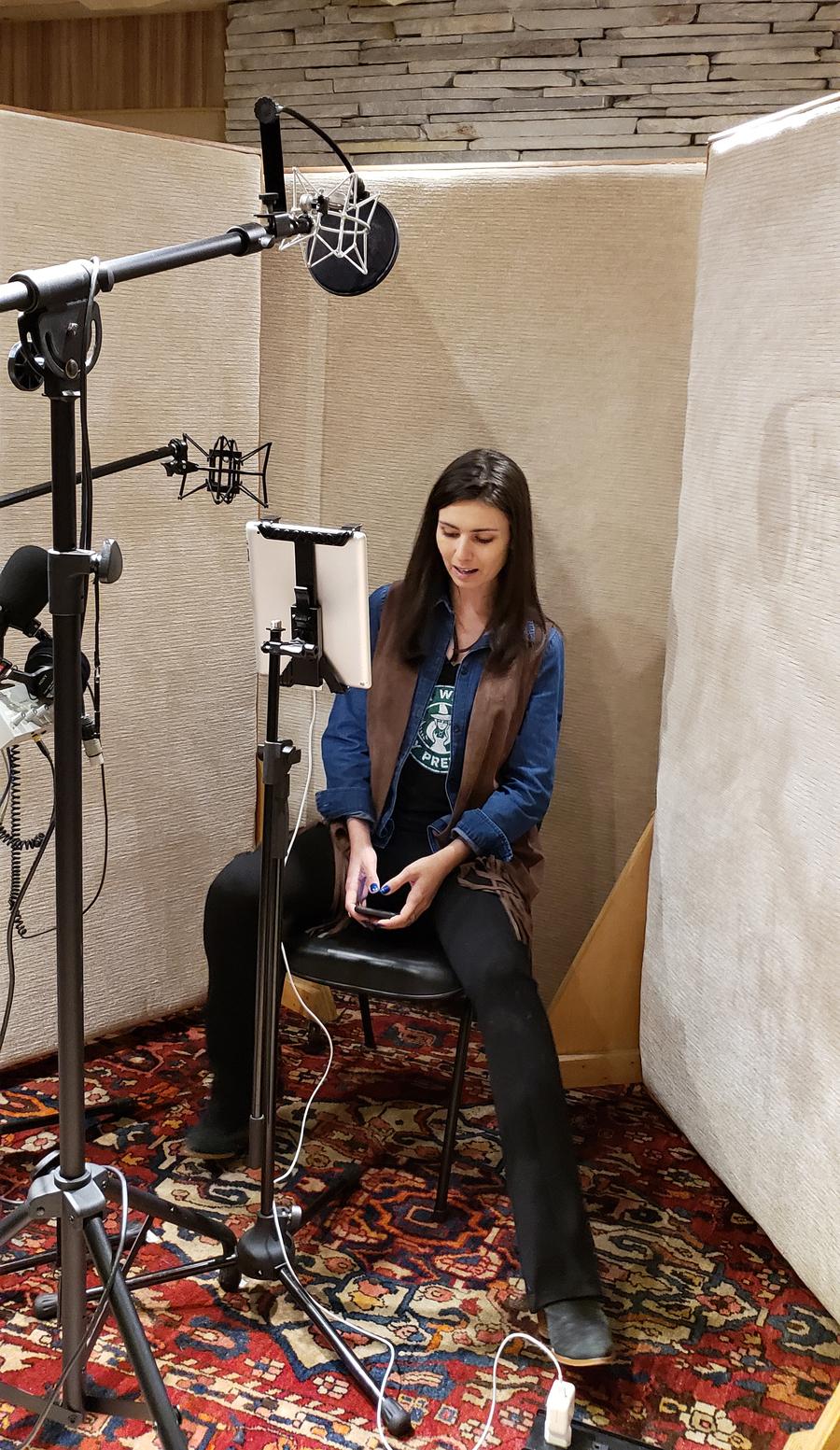 Nathalia Arcuri gravando a versão em áudio de 'Me poupe!' | © Divulgação
