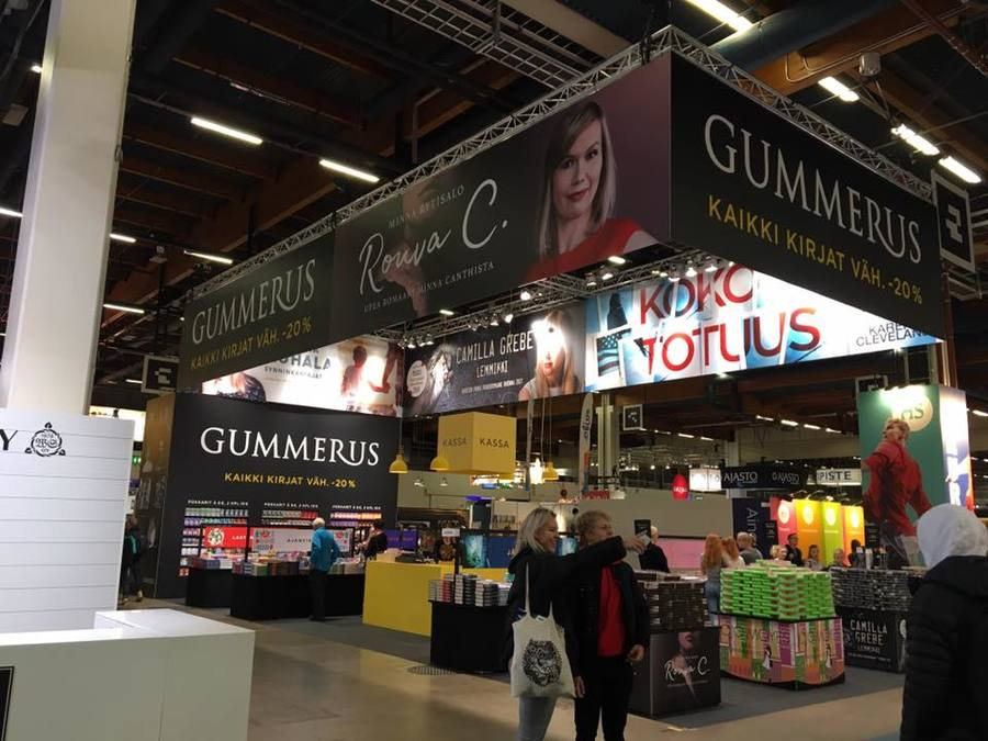 A Gummerus Kustannus marcou presença com seu estande na Feira do Livro de Helsinque em 2018 | © Reprodução Facebook