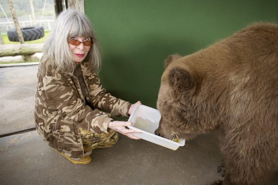 Rita Lee alimentando a ursa Marsha em refúgio no interior de SP | Divulgação / Globo Livros