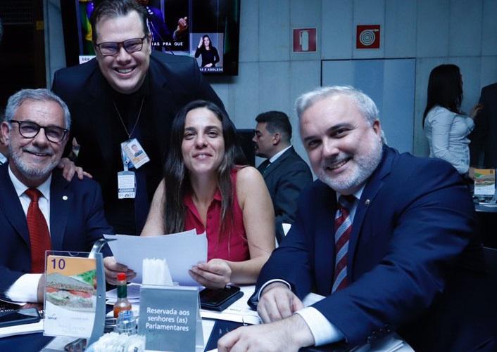 Sentados, os parlamentares Waldenor Pereira, Fernanda Melchionna e Jean Paul Prates. Em pé, Ricardo Borges, secretário-executivo da Frente | © Divulgação