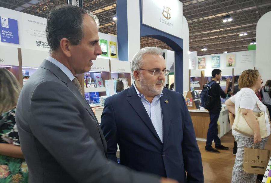 Marcos da Veiga Pereira, presidente do SNEL, e o senador Jean Paul Prates durante a visita à Bienal Internacional do Livro do Rio de Janeiro   Divulgação