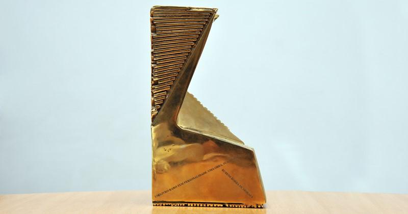 Os vencedores do Prêmio Amigo do Livro ganham uma escultura criada pela artista plástica Maria Bonomi | © Jorge Maruta / USP Imagens
