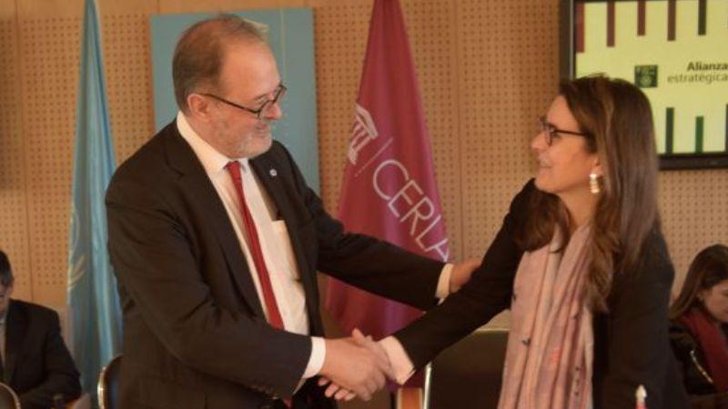 José Borghino, secretário geral da IPA, e Marianne Ponsford, diretora do Cerlalc, durante a assinatura do acordo | Divulgação