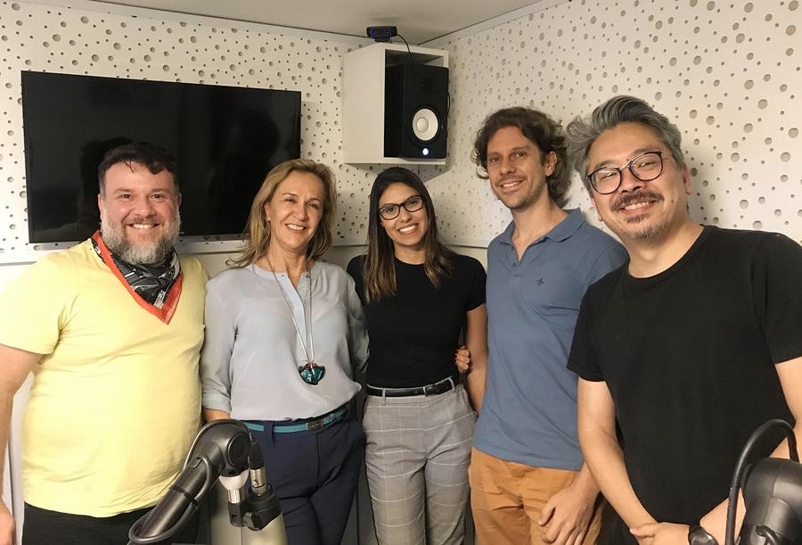 Florence e Felipe ao lado da equipe do PublishNews