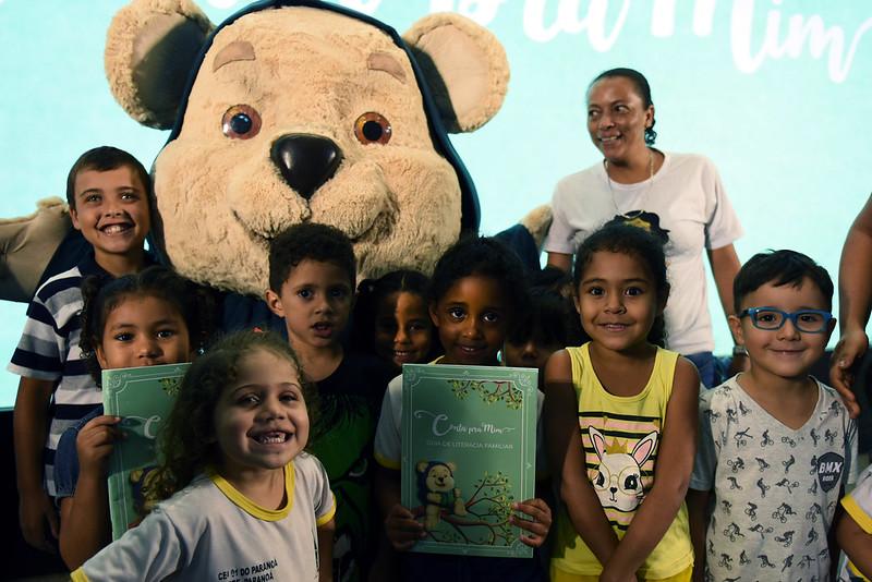 Crianças e o mascote do programa Conta pra Mim   © Gabriel Jabur / MEC