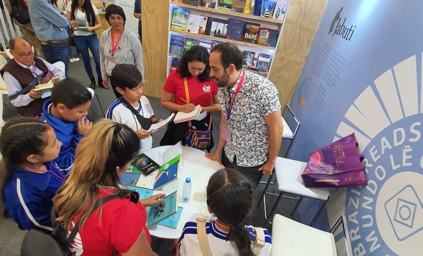 Jacques Fux cercado de leitores mexicanos que levaram o livro e o autógrafo   © Talita Camargo