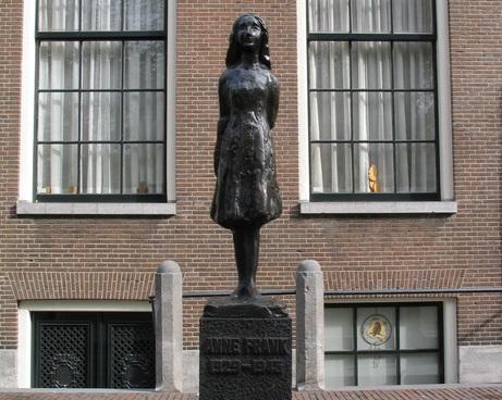 Monumento em homenagem à Anne Frank, em Amsterdã | © Factumquintus/WikiCommons