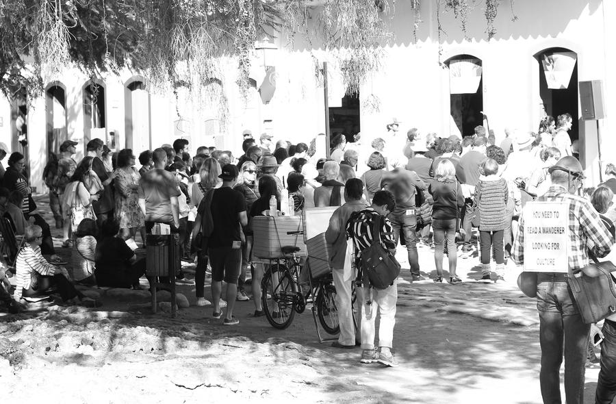 Aglomeração de leitores na frente da Casa Folha, na Flip | © André Argolo