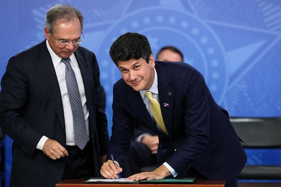 Paulo Guedes e Gustavo Montezano recebem ofícios assinados conjuntamente por entidades do livro | © Marcos Corrêa / Presidência da República