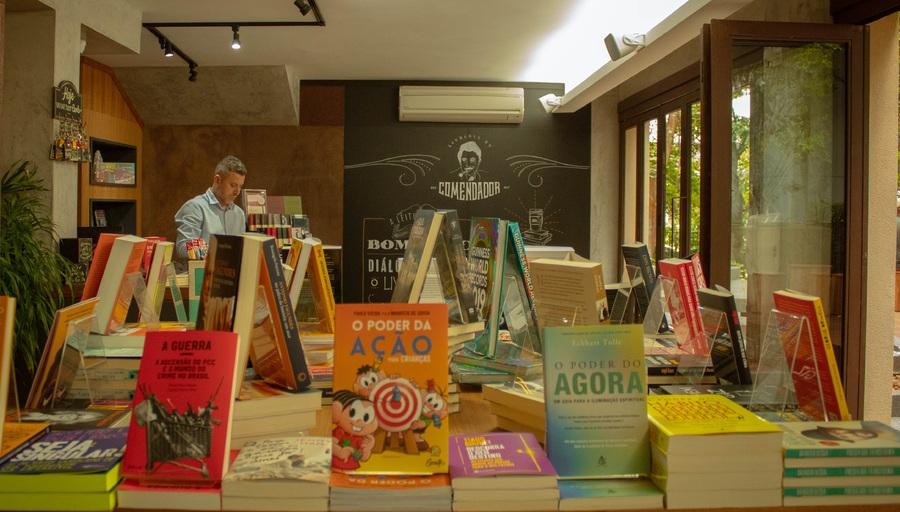 Varejo de livros em fevereiro apresenta discreto crescimento em relação a 2019 | © Cris Vieira / Divulgação / Livraria do Comendador