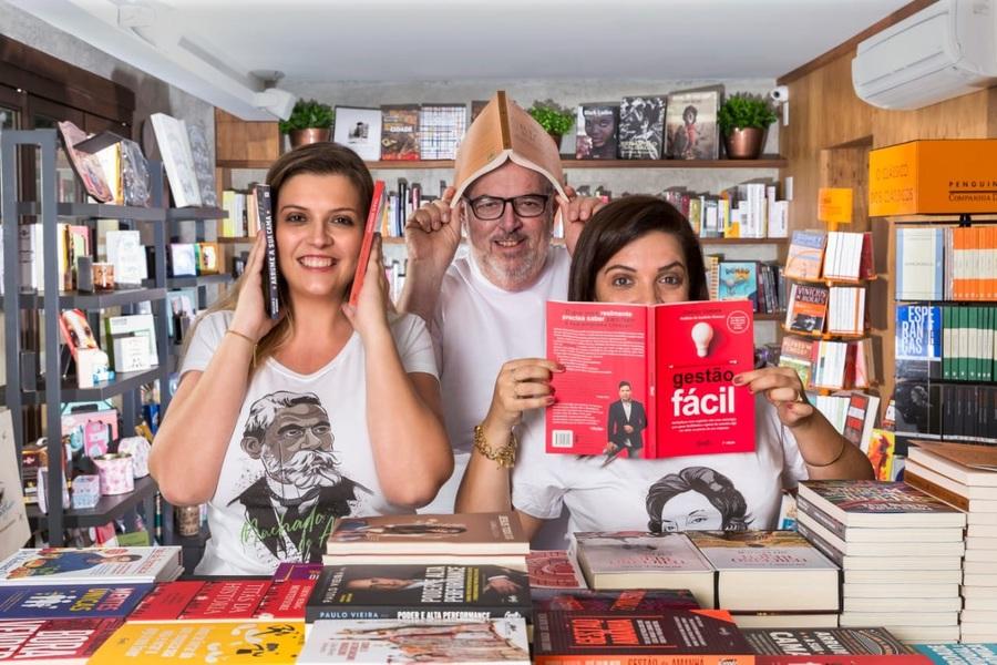 Talita (à esquerda), Ivo e Carol, uma dinastia de livreiros preocupada com o futuro do seu negócio | © Divulgação