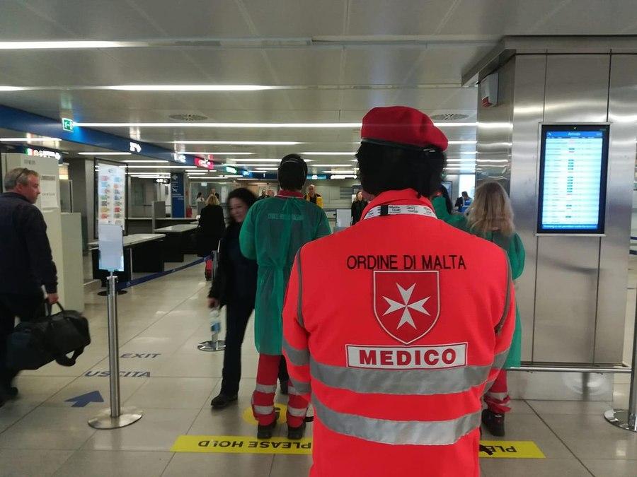 Voluntários da Defesa Civil Italiana no controle sanitário do Aeroporto de Milão | © Departamento de Defesa Civil / WikiCommon