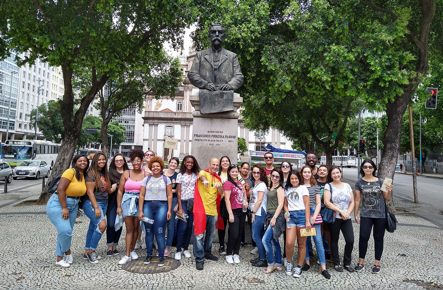 Grupo do primeiro Walking Tour reunido no Monumento ao Prefeito Francisco Pereira Passos   © Divulgação