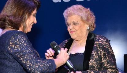 Maria Apparecida Cavalcante Costa (a direita) recebe homenagem nas celebrações dos 70 anos da Editora do Brasil | © Divulgação