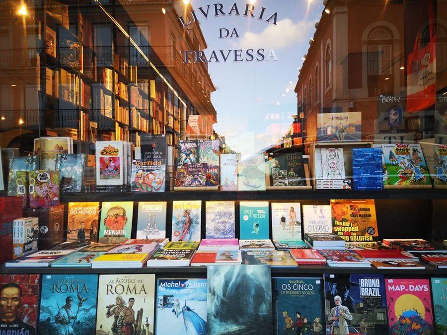 Reaberta no dia 4, a Livraria da Travessa de Lisboa teve bom movimento, respeitando as regras e evitando aglomerações | © Redes sociais da livraria