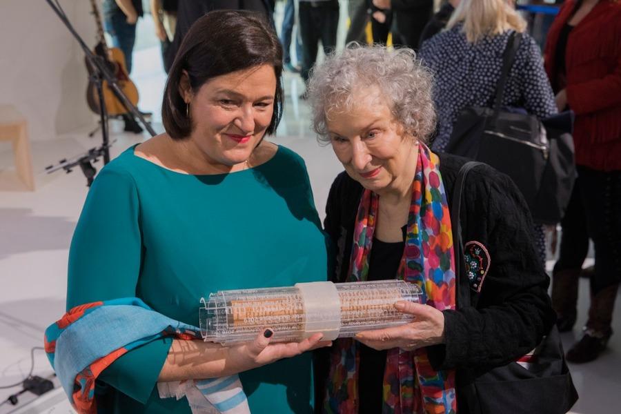 A escritora canadense Margaret Atwood e a editora Caroline Fortin, responsável pela programação do Canadá em Frankfurt, na cerimônia de entrega do 'Guest Scroll', recebido das mãos dos representantes da Noruega, país homenageado na Feira de 2019 | © Divulgação