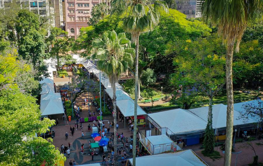 A Feira do Livro de Porto Alegre, que tradicionalmente ocupa a Praça da Alfândega, no centro da capital gaúcha, terá que ser virtual em 2020 | © Divulgação