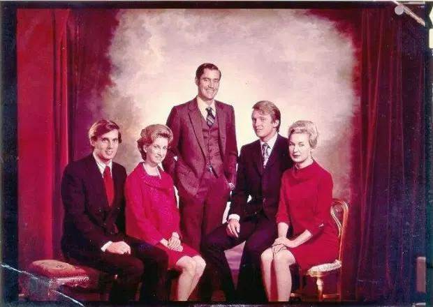 Fred Trump Jr. (no centro) foi o irmão mais velho de Donald Trump. Da esquerda para a direita: Robert Trump, Elizabeth Trump, Fred Trump Jr., Donald Trump, Maryanne Trump   © Donald Trump Campaign / Reproduzida do jornal The Sun