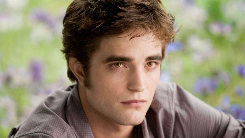 Robert Pattinson viveu o vampiro Edward nos cinemas. 'Sol da meia-noite' é narrado sob o ponto de vista do personagem
