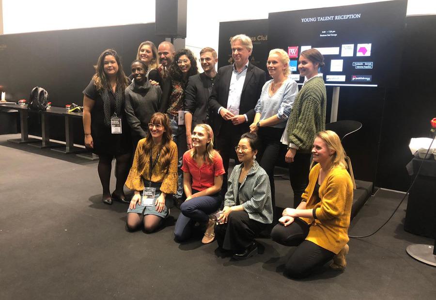 Jovens Talentos do Brasil e do mundo junto com Juergen Boos, presidente da Feira do Livro de Frankfurt