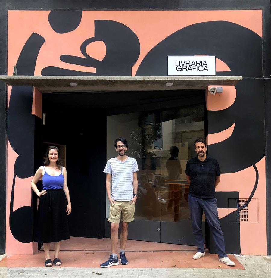 Cecilia Arbolave, João Varella e Gustavo Piqueira diante da Livraria Gráfica | © Ale Kalko / Divulgação