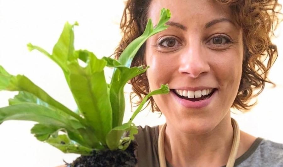 Jardineira Carol Costa é um dos destaques da Lista Nielsen PublishNews de agosto | © Redes Sociais da autora