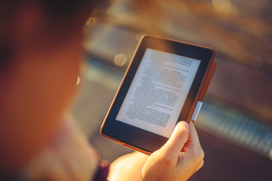 Como resposta ao crescimento do consumo de e-books por brasileiros, Saraiva Educação e Record colocam no mercado selos por onde publicarão títulos exclusivamente no formato digital | ©Aleksandravicius / Shutterstock