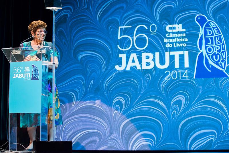 Tania Rösing ao receber o Prêmio Amigo do Livro no Jabuti 2014 | © Daniel Deák / Divulgação /CBL