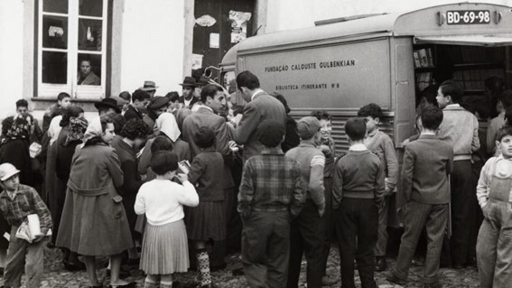 Furgão da Fundação Calouste Gulbenkian levavam livros até as casas dos portugueses