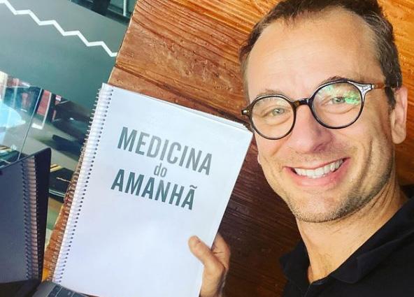 Pedro Schestatsky com o manuscrito da obra | © Redes sociais do autor