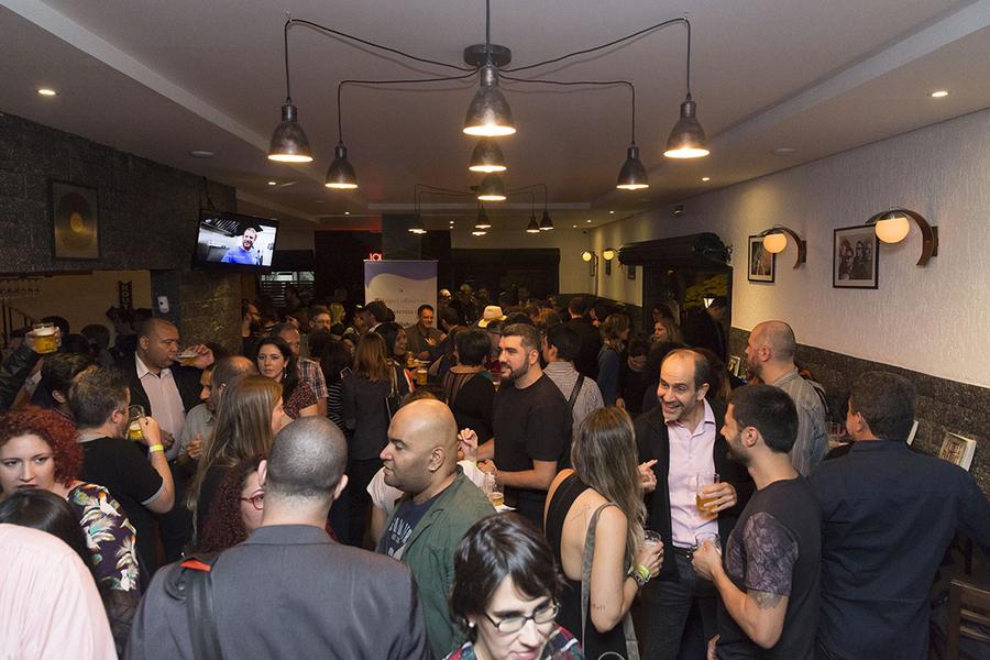 Festa de 15 anos do PublishNews Brasil em um bar em São Paulo