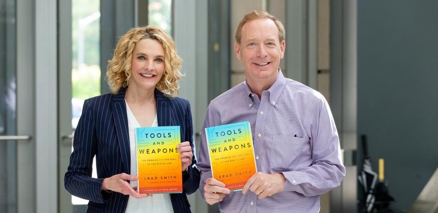 Carol Ann Browne e Brad Smith, ambos executivos do alto escalão da Microsoft, assinam 'Armas e ferramentas', livro que ocupa a sexta posição da Lista de Não Ficção | © Reprodução do LinkedIn do autor