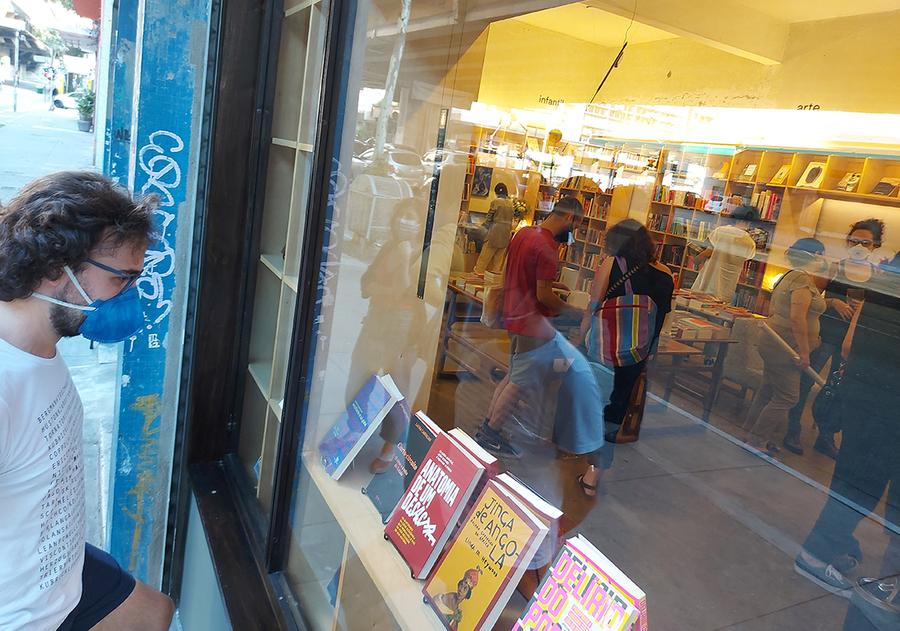 Cliente na frente da gato sem rabo, nova livraria de SP | © Leonardo Neto