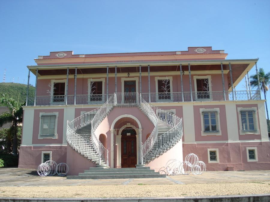 Fachada do Museu Histórico de Poços de Caldas, que serviu de modelo para a construção da casa onde Teolinda Gersão e Joel Neto estão
