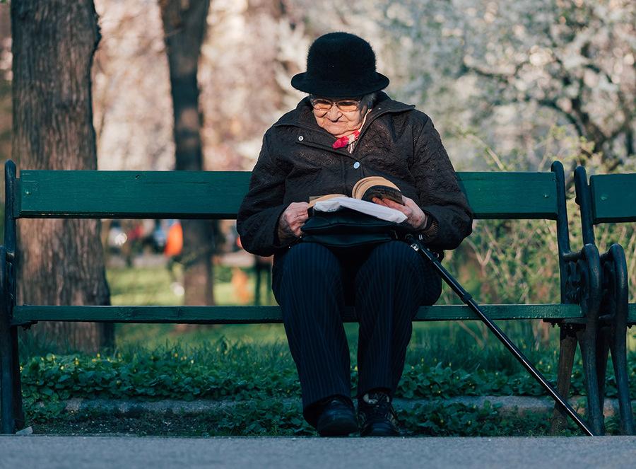 Na faixa acima dos 75 anos a média é de 55 minutos de leitura por dia | © Alex Blajan / Unsplash