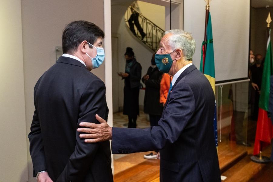 Vitor Tavares e o professor Marcelo Rebelo de Sousa, presidente de Portugal, em cerimônia para oficializar a participação de Portugal na Bienal de SP   © Divulgação / CBL