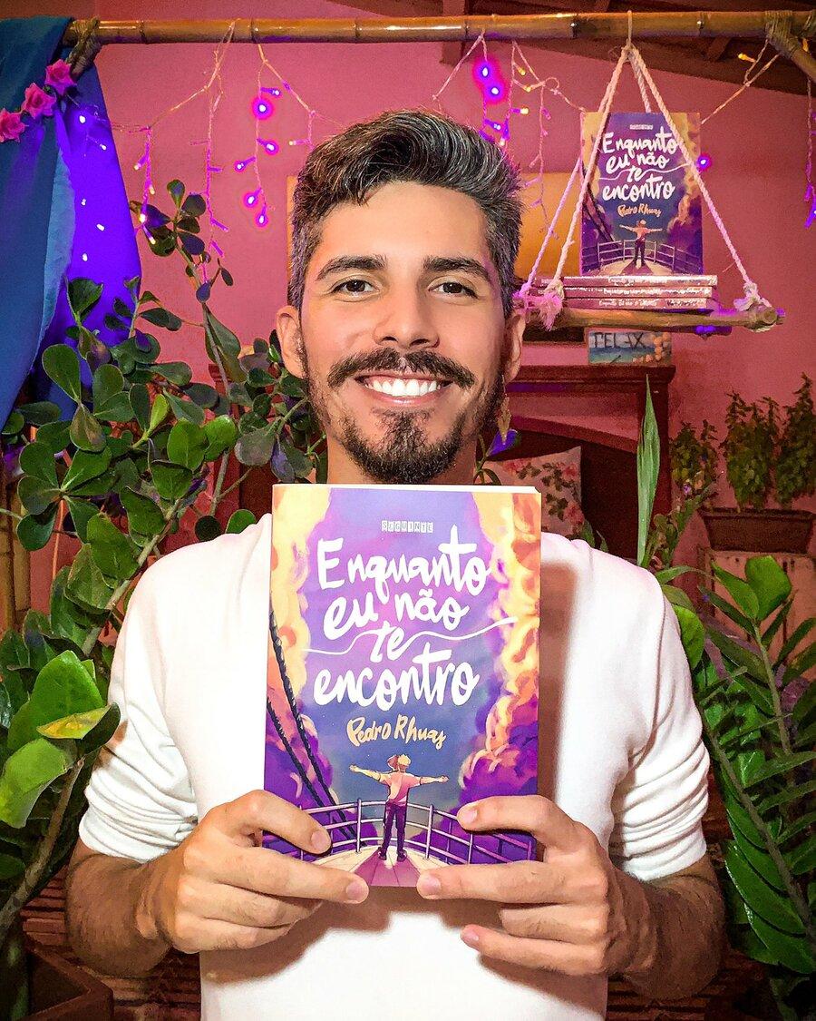 'Enquanto eu não te encontro', de Pedro Rhuas, ocupa a posição de número 10 da lista que apura os autores nacionais mais vendidos em livrarias, supermercados e lojas de autoatendimento do Brasil | © Redes sociais do autor